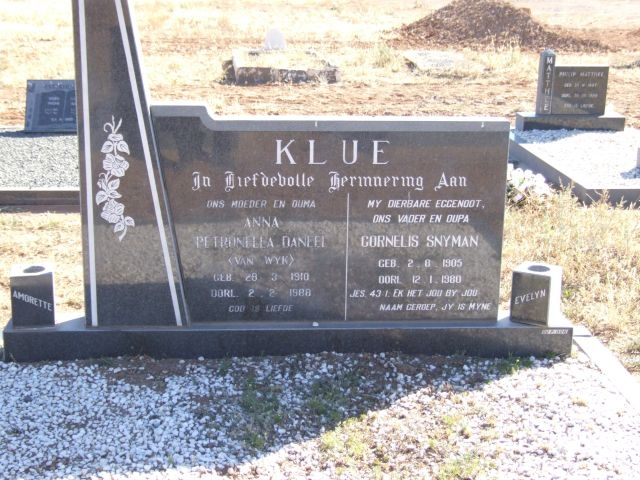 Klue, Petronella Daneel born Van Wyk 28 March 1910 died 02 February 1988 + Cornelis Snyman born 02 August 1905 died 12 January 1980